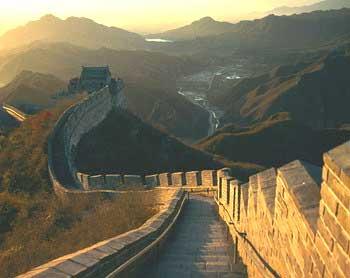 Un salto con lo skate  sulla grande muraglia cinese