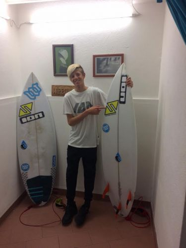 Il surfista Matteo Calatri in gara in Portogallo