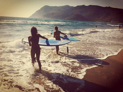 Girl surf power, ritorna il semaforo rosso