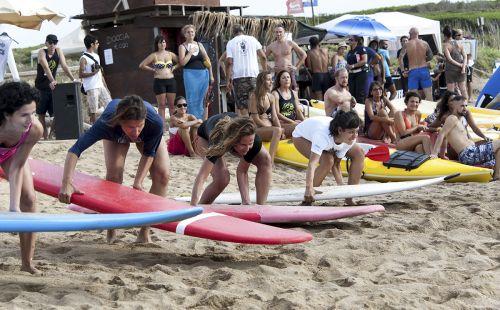 Il maestrale bacia Porto Ferro: il Girl surf power ai nastri di partenza