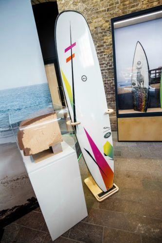 Land Rover, il surf diventa ecofriendly con la tavola di plastica riciclata