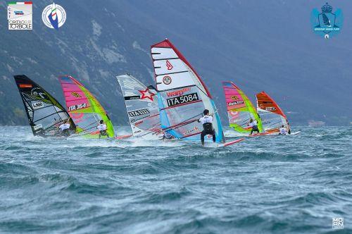 Il vento da nord del Garda non tradisce: belle regate al Campionato nazionale Slalom a Torbole