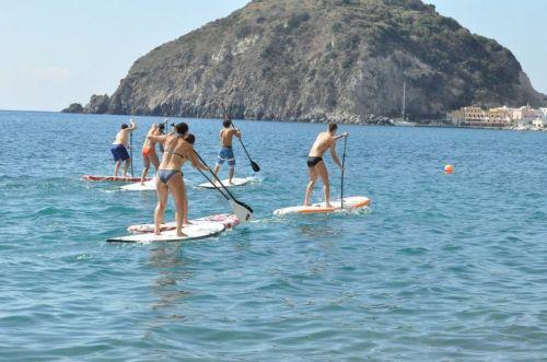 Ischia, in piedi sulla tavola da surf: l\'allenamento insolito della nazionale di spada