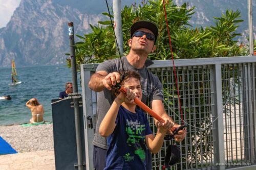Vela Day FIV al Circolo Surf Torbole con windsurf e kite-Robby Naish tra i ragazzi dell\'agonistica