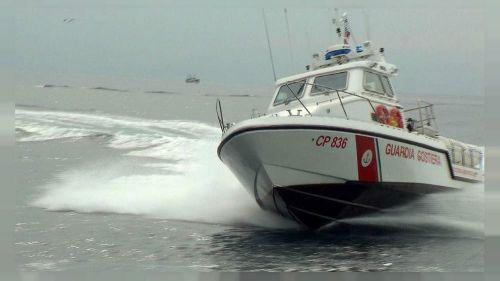 Tragedia in mare: uomo muore facendo windsurf con gli amici
